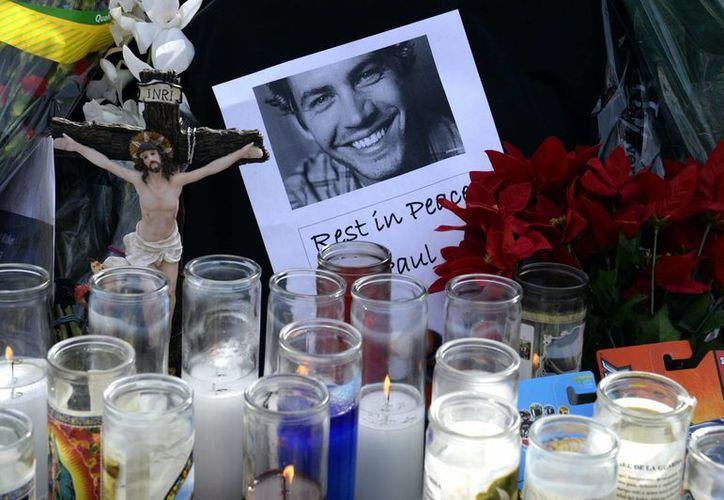 Detalle de un memorial improvisado en el lugar donde falleció el actor estadounidense Paul Walker, el pasado sábado en Valencia, California. (EFE)