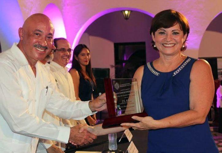 El rector José de Jesús Williams encabezó la ceremonia en el patio del edificio central. (Milenio Novedades)