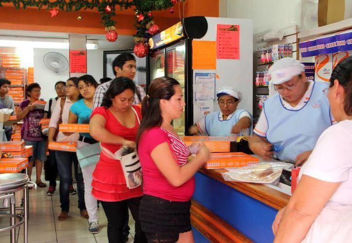 Hubo largas filas para comprar las roscas en la mayoría de panaderías de Yucatán. (Milenio Novedades)