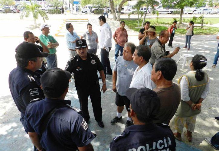 Los locatarios se reunieron con el Secretario municipal de Seguridad Pública, Arturo Olivares Mendiola. (Redacción/SIPSE)