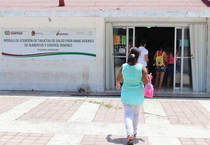 A pesar de su molestia de renovar cada seis meses, los trabajadores saben que es necesario. (Yesenia Barradas /SIPSE)