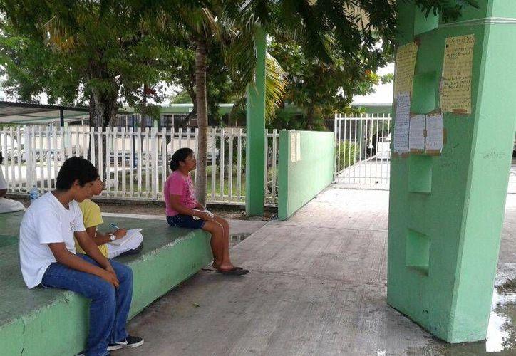 En la secundaria técnica 11, los padres de familia y alumnos acuden a la escuela para copiar las tareas. (Tomás Álvarez/SIPSE)