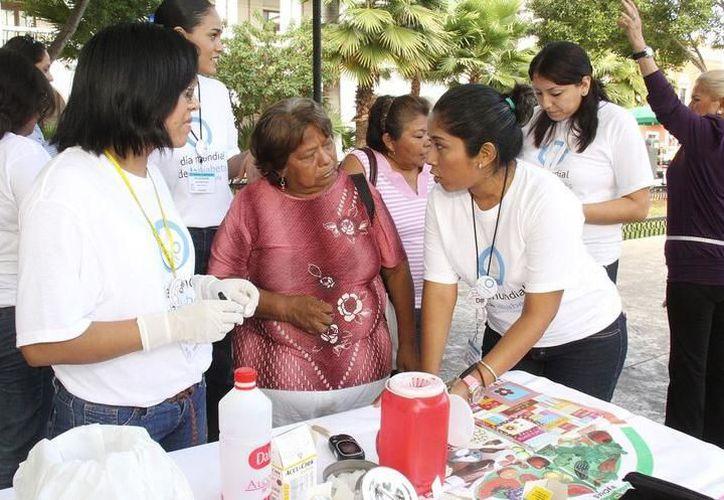 A nivel local y estatal, diversas organizaciones civiles e instituciones privadas y del Sector Salud, realizaron ayer campañas de detección rápida de la diabetes. (SIPSE)