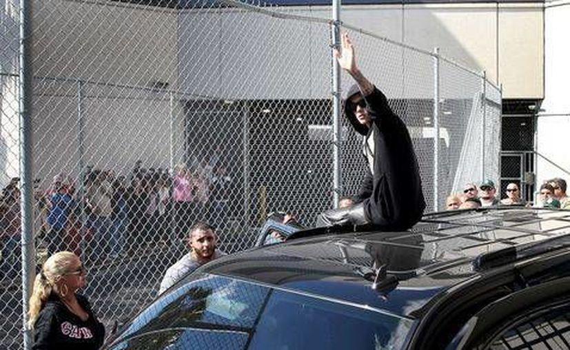 Justin saluda a sus seguidores y medios de comunicación presentes en el lugar. (AFP)