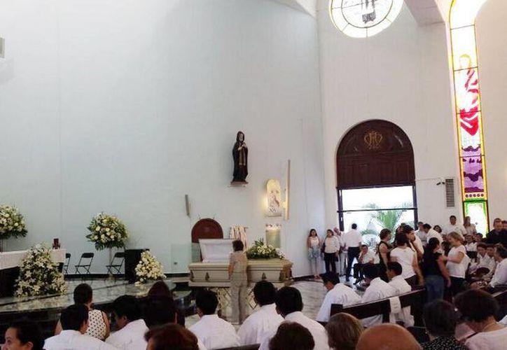 Feligreses de Nuestra Señora de Líbano se despiden del padre Jorge Laviada Molina. (Twitter@dianachasez23)