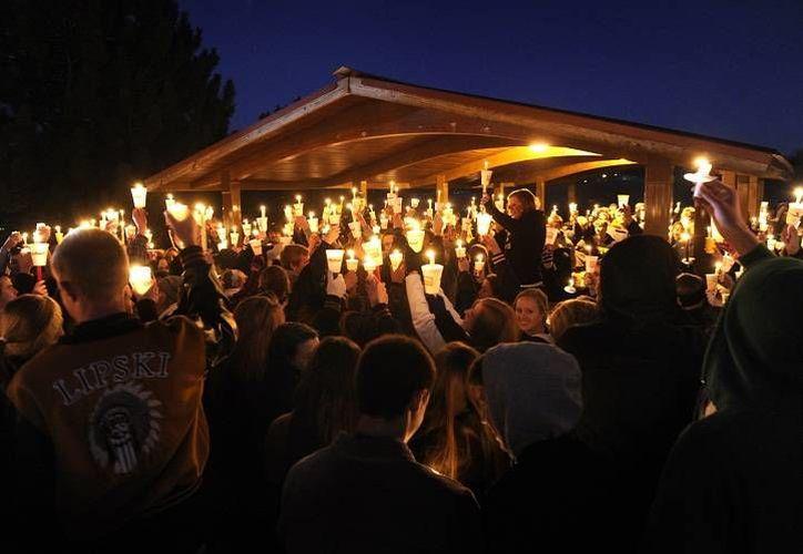 Estudiantes y personal del plantel escolar de Arapahoe en ceremonia para rezar por Claire Davis, quien recibió un disparo en la cabeza y está grave a causa del atentado en una escuela preparatoria. (Agencias)