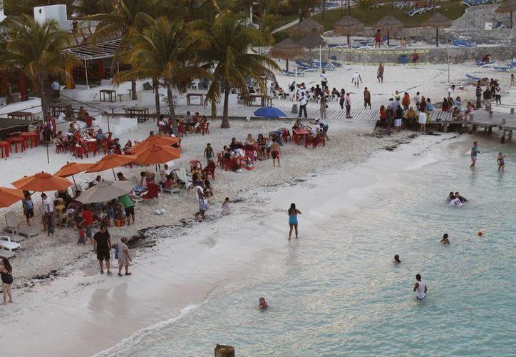 El tipo de cambio del dólar afecta a los turistas mexicanos. (Israel leal/SIPSE)