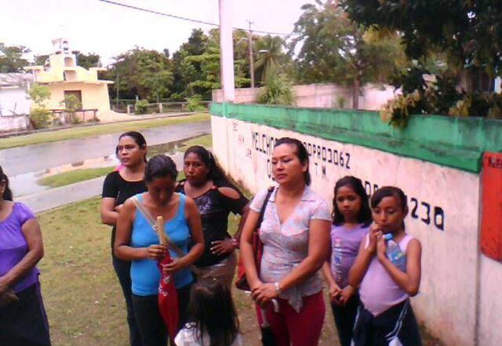 Las madres de familia durante la manifestación realizada a las afueras del plantel. (Juan Palma/SIPSE)