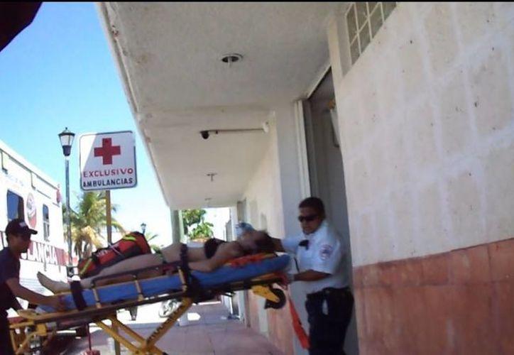 Paramédicos trasladaron ala turista al hospital, donde ya no se pudo recuperar. (Redacción/SIPSE)