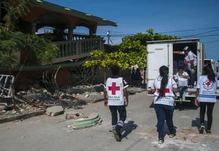 Voluntarios llevan  ayuda a comunidades afectadas por el sismo. Foto: (Agencias)
