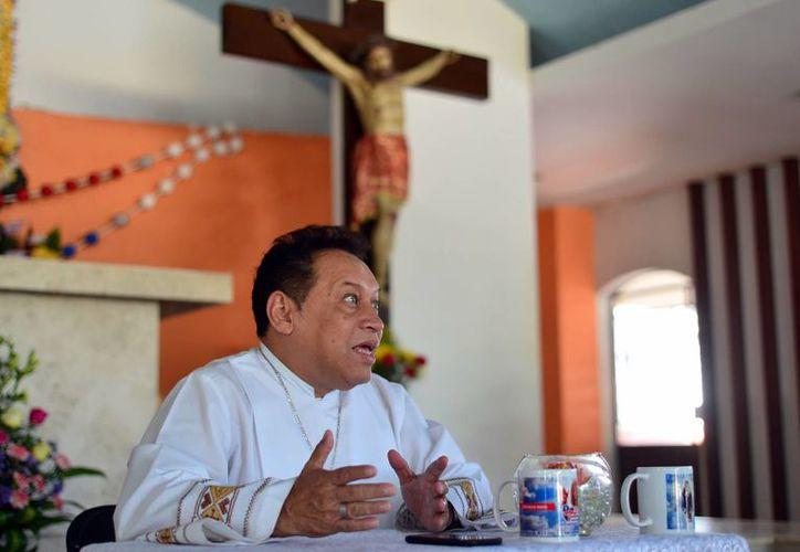 """El sacerdote Pbro. Miguel Medina Oramas invita a los fieles a asistir a el centro deportivo """"La Inalámbrica"""" al Congreso Carismático """"Cristo hace nuevas las cosas"""". (Milenio Novedades)"""