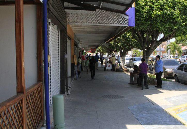 Cuatro locales comerciales de avenida De los Héroes iniciaron con la remodelación de sus fachadas. (Ángel Castilla/SIPSE)