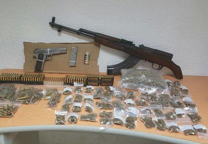A los detenidos se les aseguraron drogas, además de un arma. (Redacción/SIPSE)