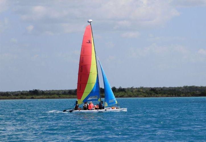 Para los prestadores de servicios turísticos el uso de veleros es más rentable porque no existe gasto de combustible o es mínimo, además, es más ecológico. (Javier Ortiz/SIPSE)