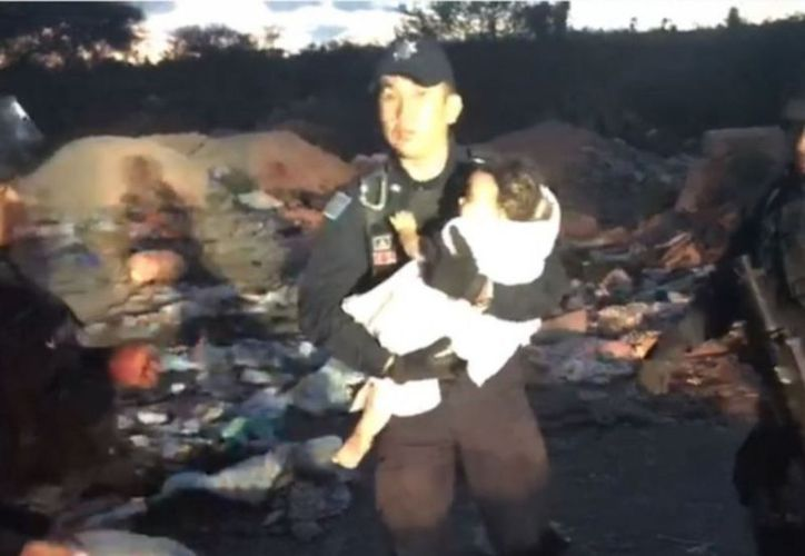 La menor fue hallada por integrantes de la Policía Federal entre escombros y basura en un lote baldío.  (Captura de pantalla)