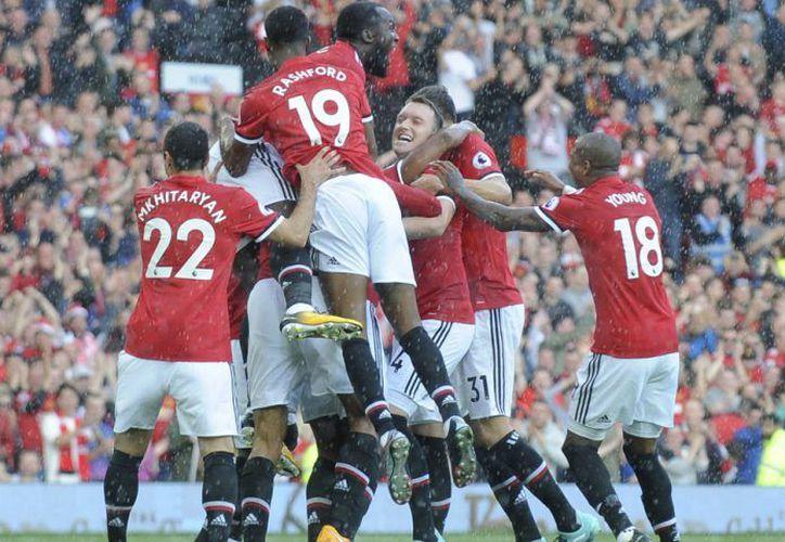 Manchester United hizo valer su localía y se impuso al Everton. (AP).