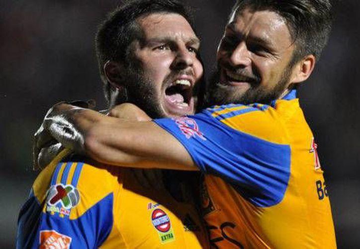 Gignac (i) es felicitado por Rafael Sobis tras anotar uno de los 2 goles que le hizo al Veracruz, en la victoria de Tigres de la UANL por 3-1 en la Liga MX. (mexsport.com)