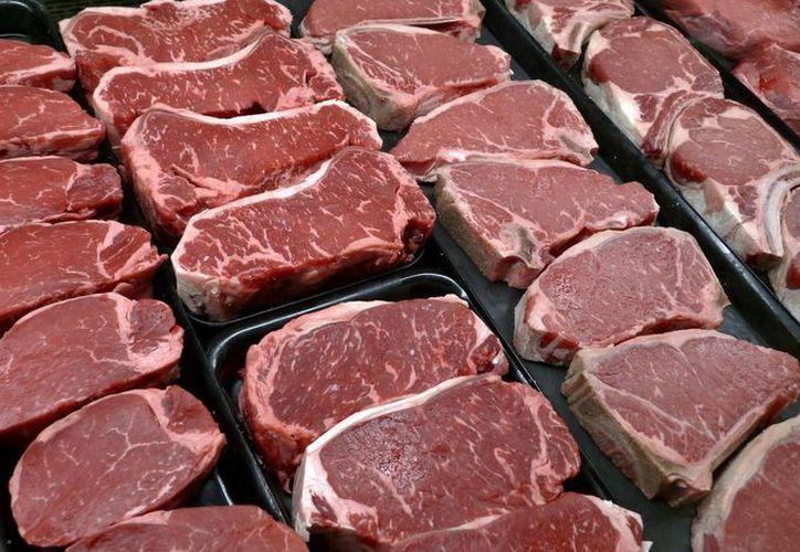 En esta foto de archivo filetes y otros cortes de carne se despliegan para su venta en una tienda en McLean, Virginia. (Agencias)