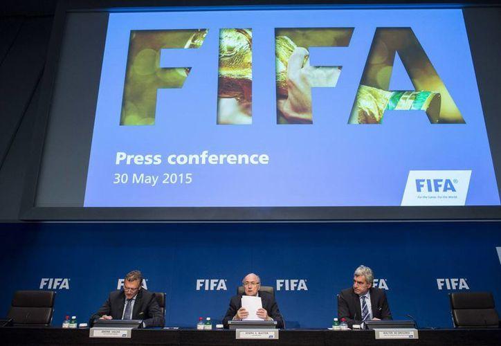 Los legisladores hicieron una petición para que Blatter sea cesado de inmediato en su cargo y recomiendan no esperar a que lleguen las próximas elecciones de FIFA, a fin de año. En la foto Blatter en una reunión con legisladores europeos en Zurich, Suiza. (AP)