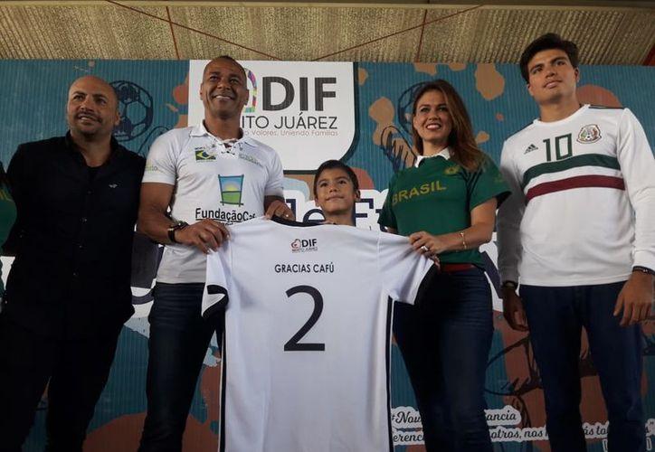La ex estrella del futbol pudo llegar garcaias a la Fundación 'Vacaciones' con Causa. (Ángel Villegas/SIPSE)