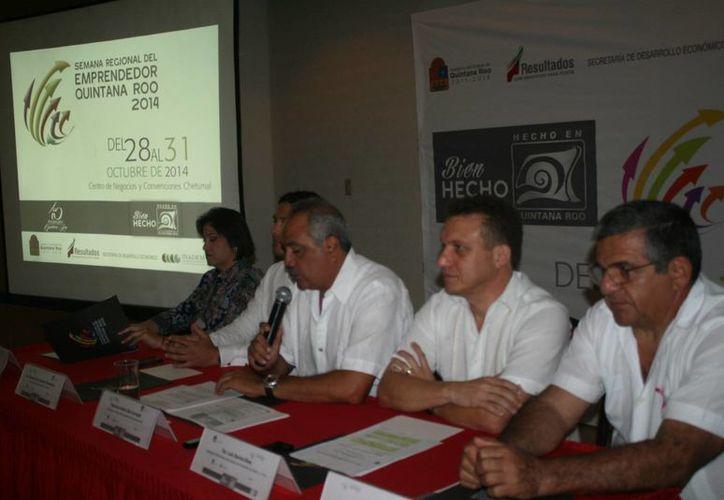 El secretario de Desarrollo Económico, Javier Díaz, encabezó la presentación del evento, que será en el Centro de Negocios. (Harold Alcocer/SIPSE)