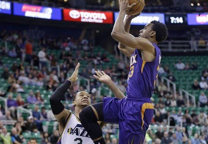 Ish Smith (d) promedió con Suns 3.7 puntos, 2.6 asistencias y 1.8 rebotes en 70 partidos de la temporada pasada. (Foto: AP)