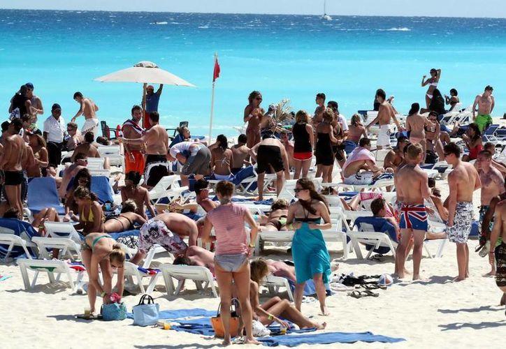El turismo internacional, así como el nacional continúa su arribo a las playas de Quintana Roo, en la temporada vacacional de verano. (Redacción/Internet)