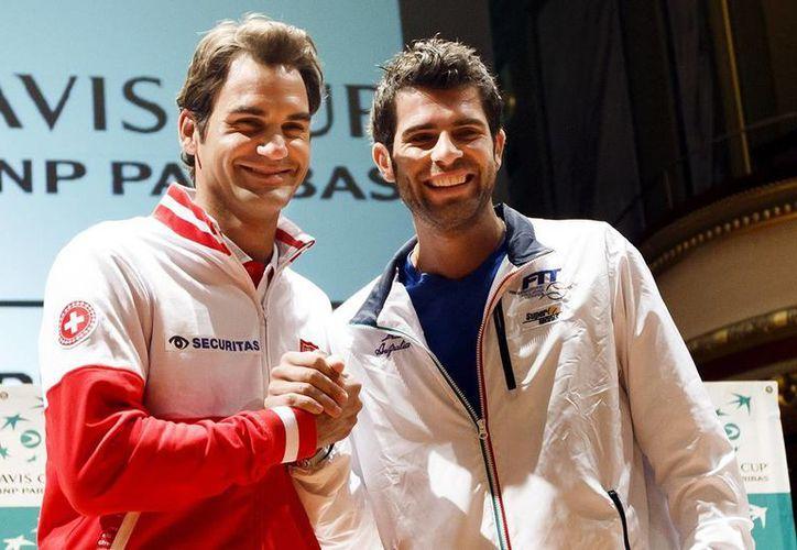 Este viernes Roger Federer (i) y Simone Bolelli buscarán llegar a la final de la Copa Davis. El ganador se enfrentará al ganador del cotejo Wawrinka – Fognini. (AP)