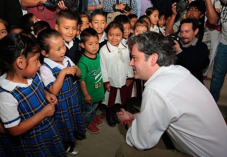 El estudio de Mexicanos Primero se afirma que los recursos para la educación en Oaxaca y Chiapas han estado mal gestionados. Imagen de archivo de una gira de trabajo del titular de la SEP, Aurelio Núñez, en Oaxaca. (Twitter/@aurelionuno)