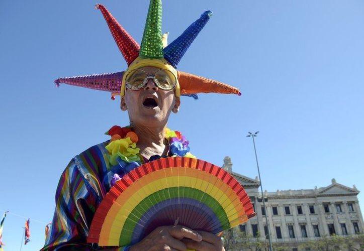 Un activista gay se manifiesta frente al Congreso, en Montevideo. (Agencias)