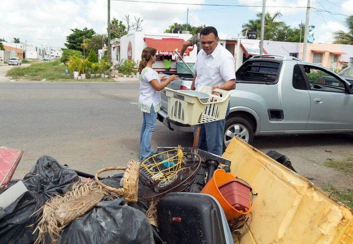 El gobernador Rolando Zapata y su familia acudieron a entregar cacharros como parte de la Segunda campaña masiva de descacharrización, cuyo operativo ya logró recolectar más de 500 toneladas. (SIPSE)