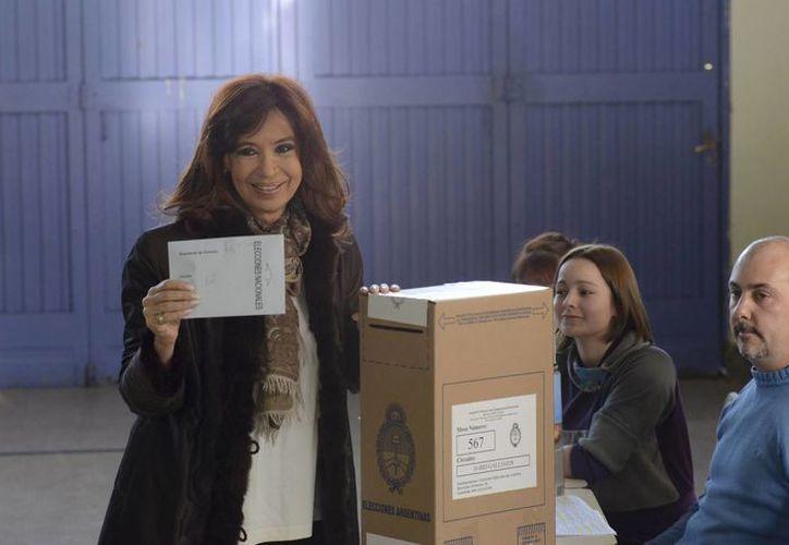 Cristina Fernández al llegar a votar a las primarias presidenciales. El candidato Daniel Schioli, quien fue vicepresidente con el extinto Néstor Kirchner, esposo de Fernández, lleva ventaja en los resultados. (AP)