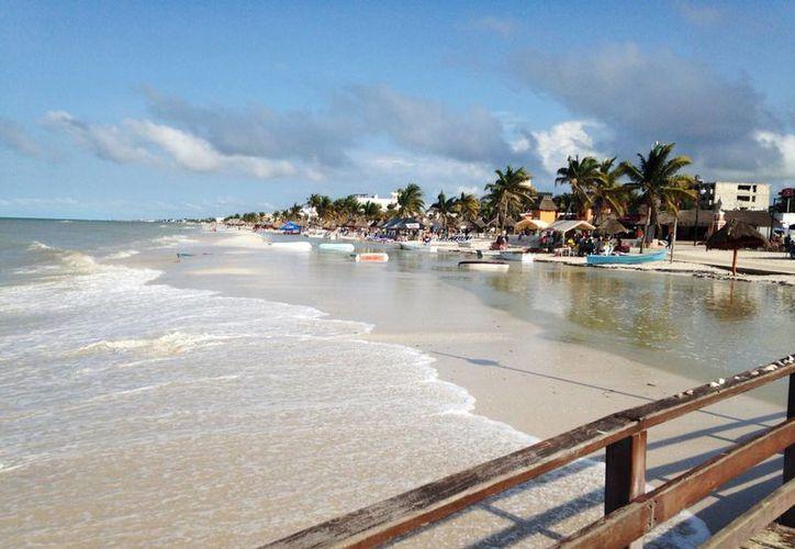 El mar entro hasta el malecón de Progreso ante la mirada curiosa de los turistas. (Milenio Novedades)