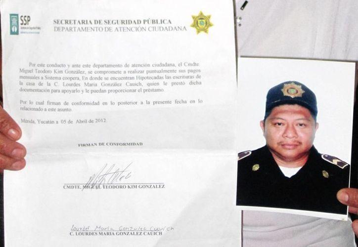 Acercamiento de la denuncia y de la foto del policía Miguel Teodoro Kim González. (Francisco Puerto/SIPSE)