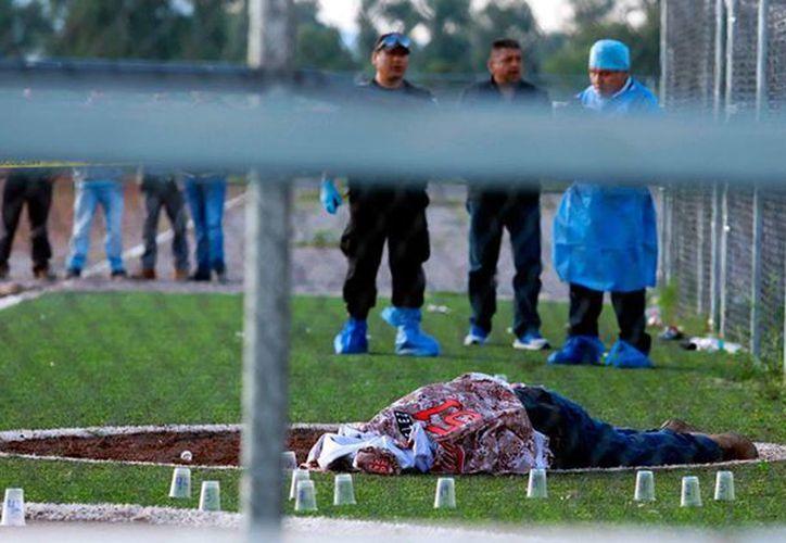 Una joven falleció ayer por los balazos que recibió el domingo pasado durante un tiroteo en un campo de béisbol llanero en Puebla. (expreso.press)