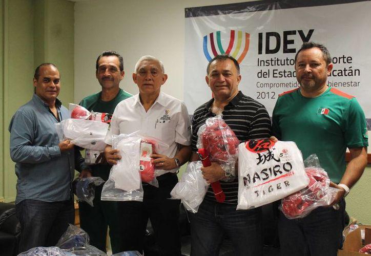 Karatecas yucatecos que del 1 al 5 de agosto competirán en la Olimpiada Nacional en Morelos recibieron material deportivo este miércoles de manos del titular del IDEY, Juan Sosa. (Milenio Novedades)