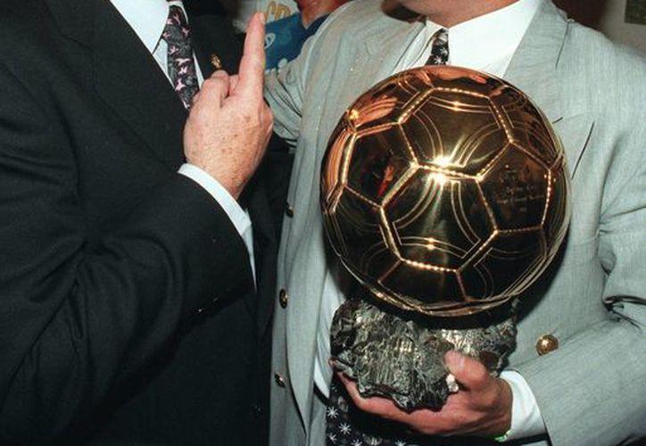 Di Stéfano felicita a su compatriota Diego Armando Maradona, que recibió el Balón de Oro en 1995. (Foto: AP)