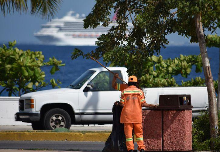 Los habitantes y turistas generan 41 mil 975 toneladas de basura al año que terminan en un relleno sanitario en la zona oriental de la isla sin un sistema de separación efectivo (Foto: Gustavo Villegas/SIPSE)