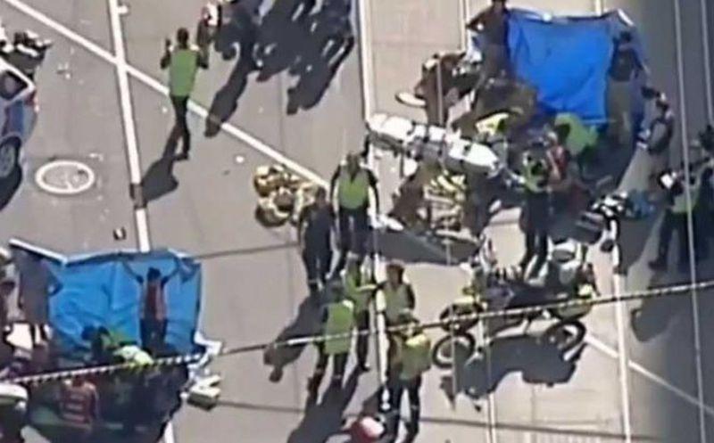 Impactante: un auto atropelló a 15 personas y hay 4 nenes heridos