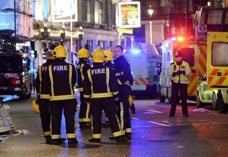 Los equipos de bomberos acuden al sitio tras el desplome de parte del techo del céntrico teatro Apollo de Londres. (EFE)