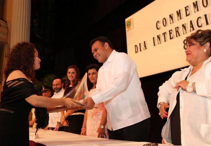 El gobernador Rolando Zapata Bello entrega uno de los reconocimientos de la noche. (SIPSE)