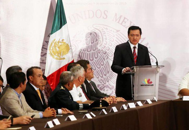 Este lunes, durante su discurso en la firma del convenio para la conformación del Mando Único Policial en Michoacán, el secretario de gobierno Miguel Ángel Osorio Chong lanzó un llamado a las autoridades estatales para que se comprometan con la seguridad del país. (Imágenes de Notimex)