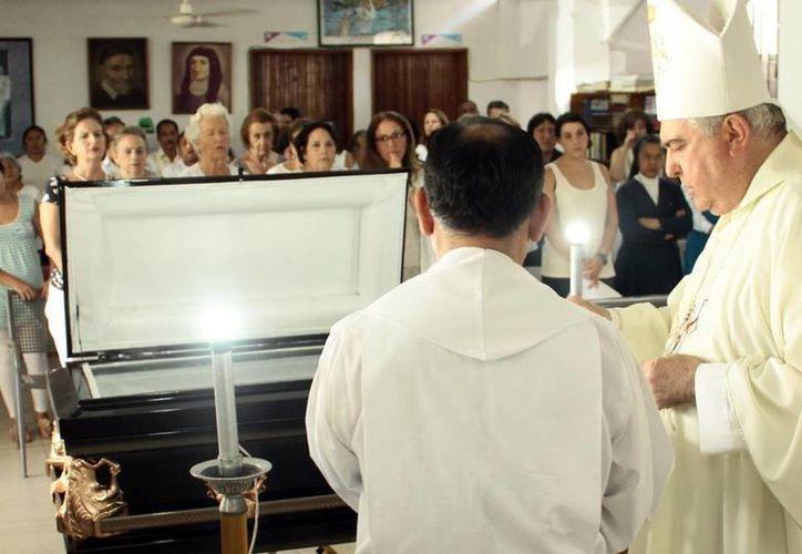 Misa de cuerpo presente de Sor Beatriz María Loreto Laviada Arrigunaga, oficiada por el arzobispo emérito, Emilio Carlos Berlie Belaunzarán. (Milenio Novedades)