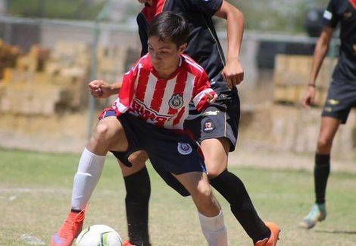 Hugo Monarrez es un joven dedicado a su sueño de ser futbolista profesional. Esto lo ha llevado hasta un filial de formación de Chivas en Durango y experiencia en un par de escuadras en Segunda División nacional. (Milenio)