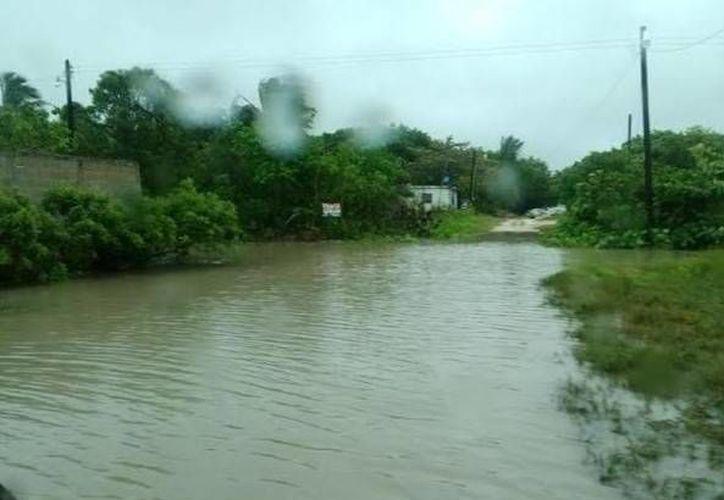 Una calle de Chelem inundada a causa de las recientes lluvias. (SIPSE)