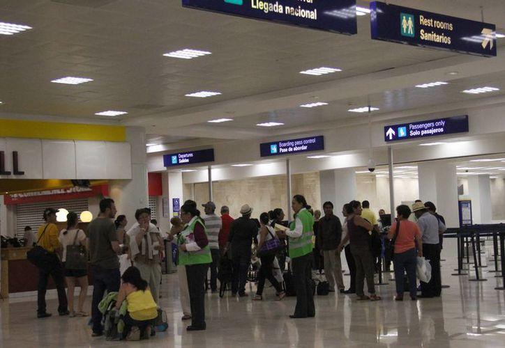 Agilizan la revisión de documentos en la terminal aérea. (Israel Leal/SIPSE)