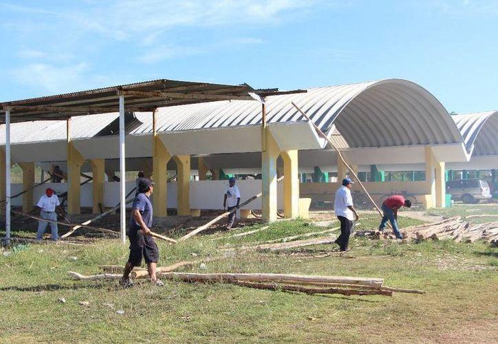 Empleados de la Comuna realizan trabajos en el área de exposiciones. (Raúl Balam/SIPSE)