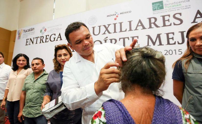 El Gobernador entregó aparatos auditivos para mejorar la calidad de vida a quienes tienen sordera. (Milenio Novedades)