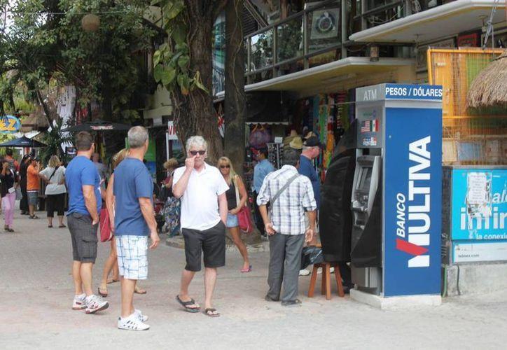 Los hoteleros recomiendan a sus huéspedes no utilizar cajeros automáticos instalados en la vía pública. (Adrián Barreto/SIPSE)