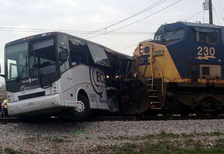 El autobús fue arrastrado por el tren unos 100 metros. (AP/Kevin McGill)